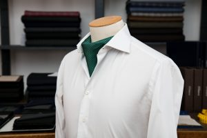 a shirt with a neapolitan shoulder in white popline egyptian cotton with mother of pearl buttons