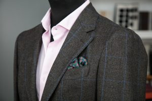 a single-breasted jacket in brown cashmere fabric with horn buttons, notch lapel