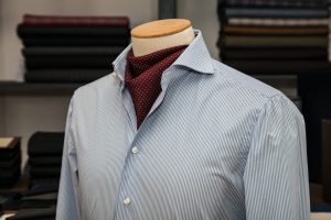 a shirt with a neapolitan shoulder in white/blue popline egyptian cotton with mother of pearl buttons